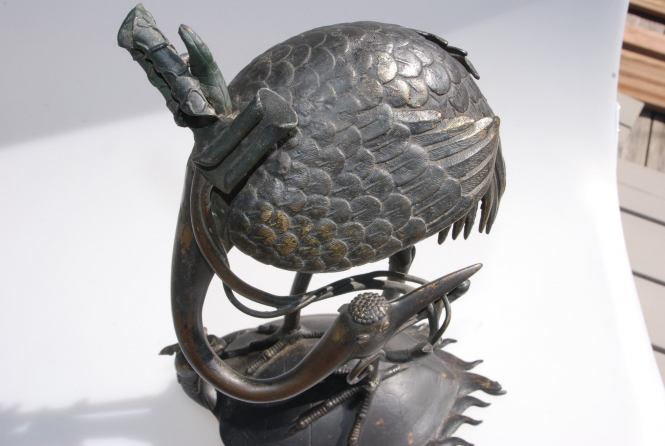 Bronze Kranich stehend auf Schildkröte
